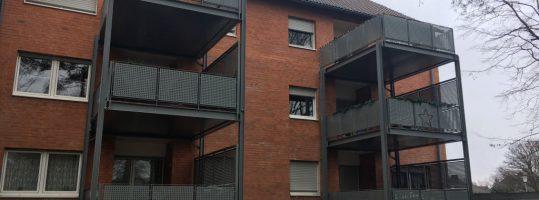 Balkontürme an zwei identische 6-Familienhäusern in Düren